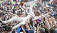 Lewis Hamilton will in Silverstone gegen Sebastian Vettel zurückschlagen und sich erneut feiern lassen - Foto: Sutton