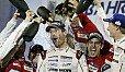 Mark Webber bei der letzten Sektdusche seiner Rennfahrer-Karriere - Foto: Porsche