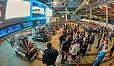 Zahlreiche Besucher schauten sich die virtuellen Rennen an - Foto: SIMRacing Expo