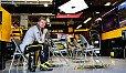 Nico Hülkenberg sitzt nach dem Ausfall von Japan an der Renault-Box - Foto: Sutton