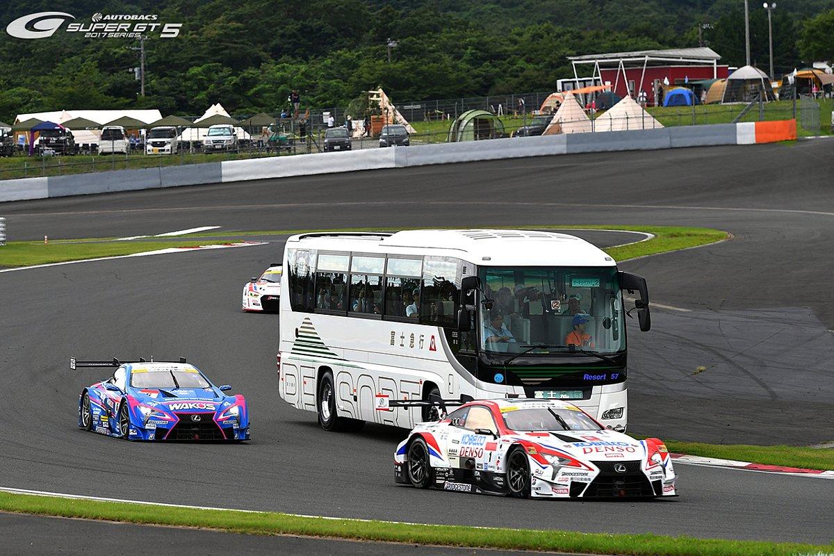 Einsteigen, bitte! Auch beim Dream Race fahren Busse über die Strecke, Foto: Super GT