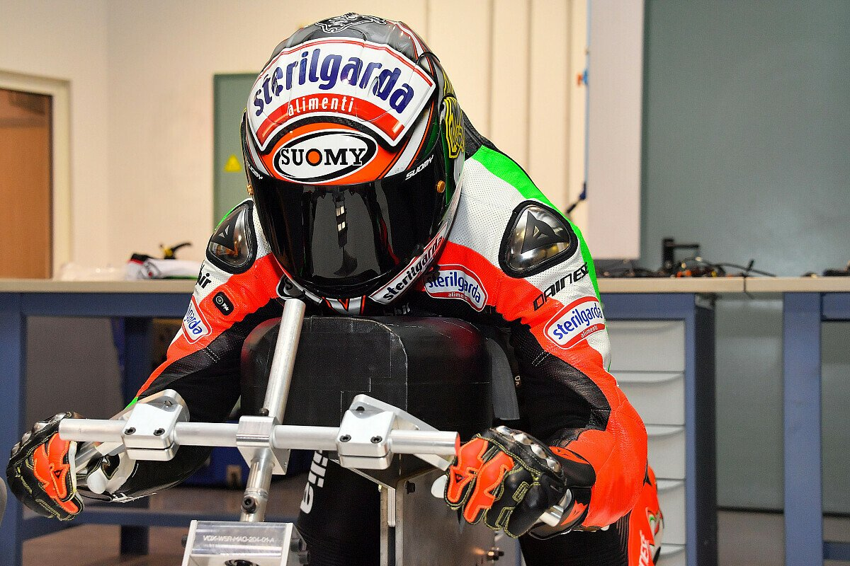 Max Biaggi in voller Montur auf dem E-Motorrad, Foto: Charly Gallo