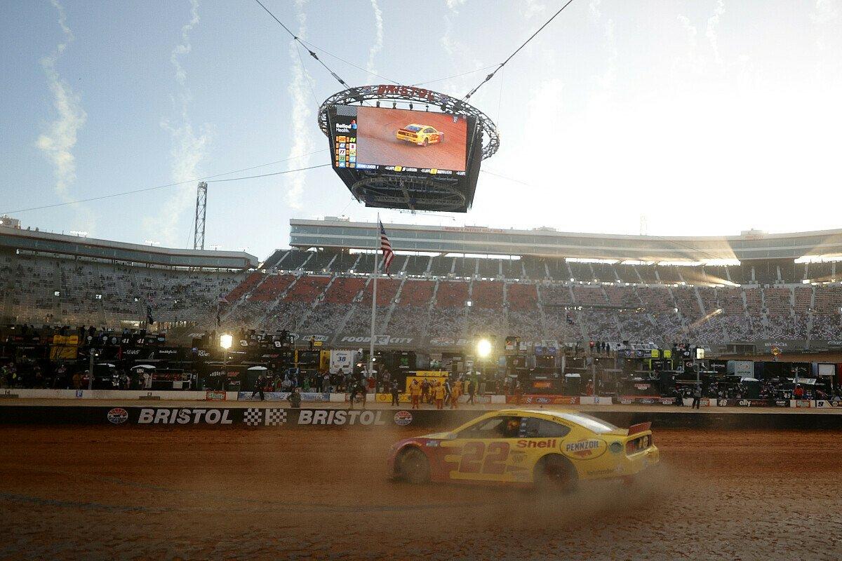 Joey Logano gewinnt das 7. Saisonrennen der Regular Season auf dem neuen Dirt-Track des Bristol Motor Speedways, Foto: NASCAR