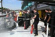 Boxenfeuer bei Magnussen - Formel 1 2016, Malaysia GP, Sepang, Bild: Sutton