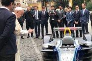 Formel E: Papst Franziskus gibt seinen Segen vor dem Rom ePrix - Formel E 2018, Verschiedenes, Bild: Twitter/Fabrice Brouwers