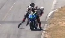Rivalen prügeln sich auf Rennstrecke