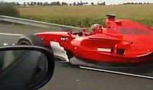 GP2-Formelauto fährt über Autobahn in Tschechien