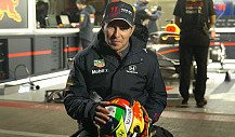 Sergio Perez zeigt seinen ersten Red-Bull-Helm mit Schumi-Motto