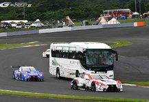 DTM: DTM trifft Super GT trifft Bus! Total verrückte Aktion in Fuji