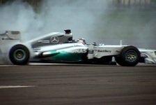 Formel 1 - Video: Mercedes gibt am Flughafen Gas