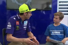 MotoGP - Video: MotoGP: Colin Edwards Sohn Hayes interviewt Rossi und Vinales