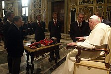 Formel 1 - Ferrari beschenkt den Papst