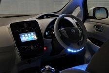 Auto - Nissan LEAF im Parkhaus allein unterwegs