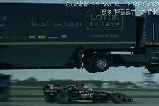 Formel 1 - Weltrekord: Lotus-Truck springt über F1-Auto