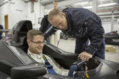 Seat-fitting im Formel BMW - Foto: BMW Motorsport
