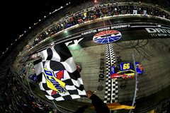 Sieg f�r Carl Edwards in Runde 503 - Foto: NASCAR