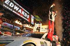 Carl Edwards feiert in der Victory Lane - Foto: NASCAR