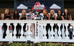 Ryan Blaney feiert mit den Monster-Girls - Foto: NASCAR