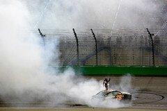 Martin Truex Junior feiert seinen Sieg im letzten Jahr - Foto: NASCAR