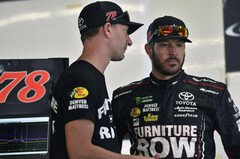 Crew Chief Cole Pern mit Martin Truex Junior - Foto: LAT Images