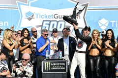 Kevin Harvick in der Victory Lane - Foto: LAT Images