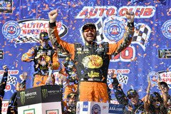 Martin Truex Junior feiert in der Victory Lane - Foto: LAT Images