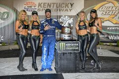 Martin Truex Junior feiert mit den Monster-Girls - Foto: LAT Images