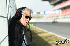 Gene Haas beobachtet sein Team in Barcelona - Foto: Sutton