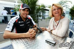Karin Sturm interviewt den Williams-Piloten - Foto: Sutton