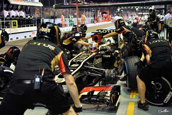 In der Box zuhause: Romain Grosjean bei den Singapur-Trainings im Pech