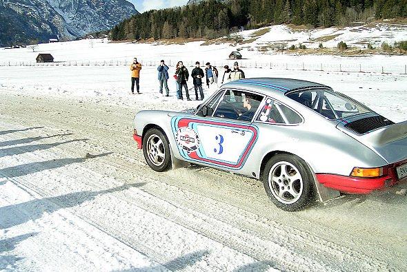 Mit Franz Wittmann Jr. und dem 330 PS-Porsche um die vereiste Trabrennbahn... - Foto: C. Trunk, adrivo Sportpresse