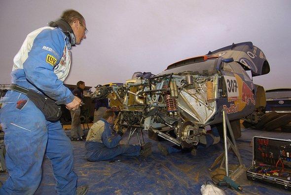 Für die Mechaniker gibt es immer viel zu tun. - Foto: VW Motorsport