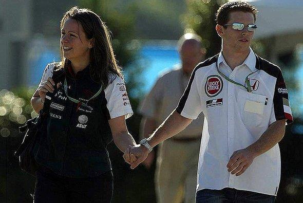 Ein hübsches Bild, aber ein Graus für jeden Marketingfachmann der Teams: Carrie & Anthony Hand in Hand im F1-Paddock. - Foto: xpb.cc