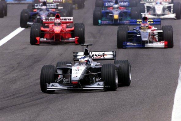 Schumacher und Häkkinen lieferten sich einige Duelle. - Foto: West