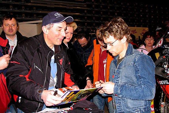 Steve schrieb fleißig Autogramme in Chemnitz. - Foto: Raceoffice