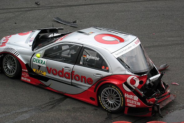 Bernd Schneiders Auto litt sichtbar unter dem Einschlag. - Foto: adrivo Sportpresse