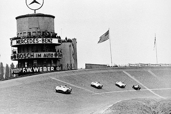 Drei Mercedes führen auf der Avus 1954