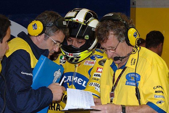 Für Valentino Rossi war der Freitag in Katalonien ein normaler Arbeitstag - Foto: Yamaha
