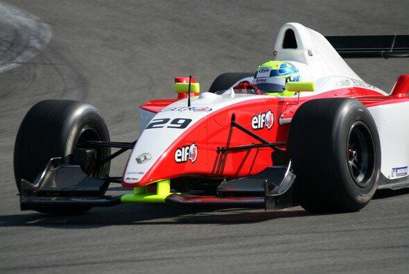 James Walker holte sich seinen ersten Sieg - Foto: Renault Sport