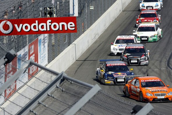 Zweimal reihten sich die Fahrzeuge in zweifelhafter Reihenfolge hinter dem Safety Car ein. - Foto: Red Bull/GEPA