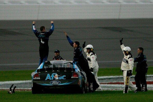 Greg Biffle jubelte neben der Strecke - Foto: Todd Warshaw / Getty Images for NASCAR