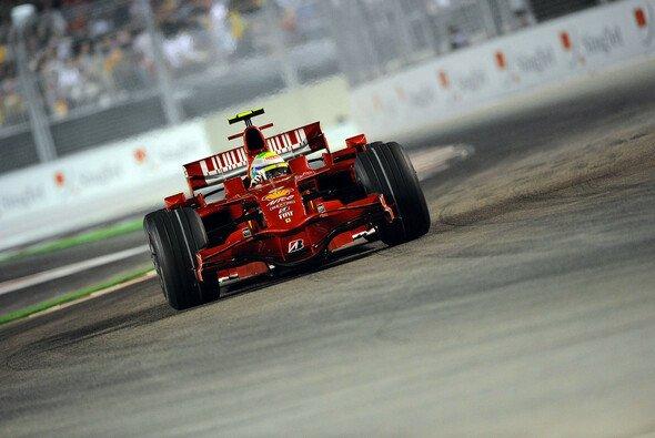 Felipe Massa führt das Feld an. - Foto: Bridgestone