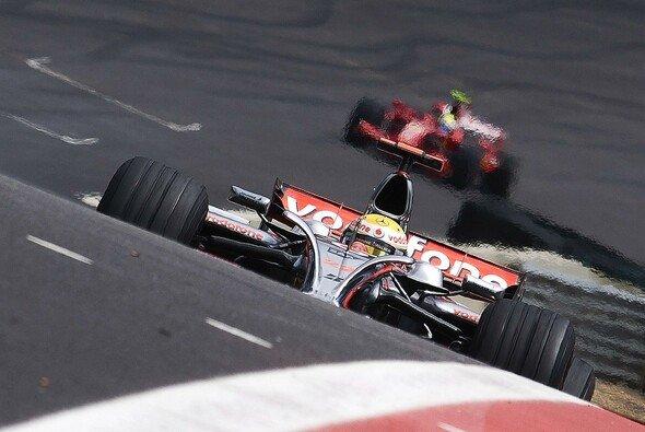 Hamilton muss den Titel nach Hause fahren, aber Massa lauert im Hintergrund. - Foto: McLaren