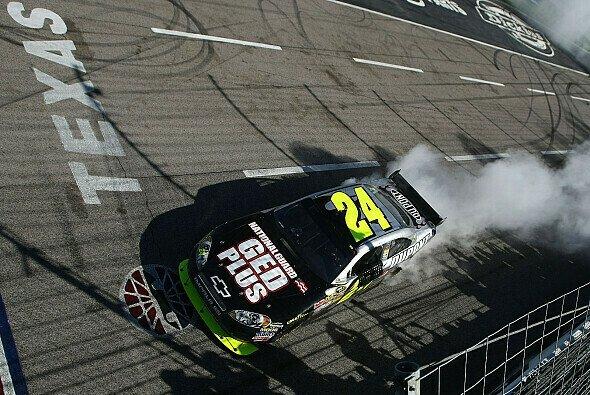 Jeff Gordon zelebriert seinen Sieg - Foto: NASCAR