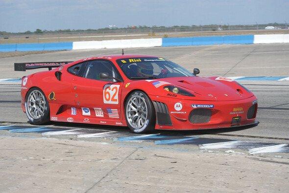 Pierre ist 2009 in einem roten Ferrari unterwegs. - Foto: ALMS