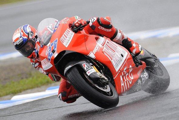 Casey Stoner war schon halb ausgezogen und am Ende Schnellster - Foto: Ducati