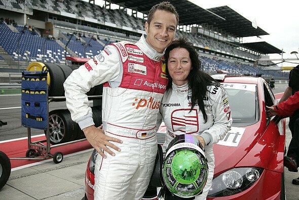 Timo Scheider freute sich mit seiner Verlobten Jasmin Rubatto. - Foto: Audi