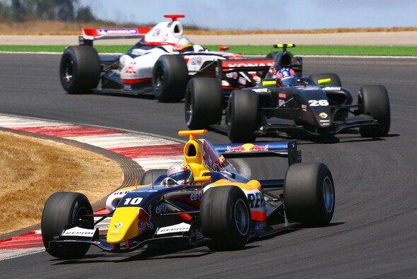 Überlegener Sieg von Jaime Alguersuari im zweiten Rennen - Foto: Renault