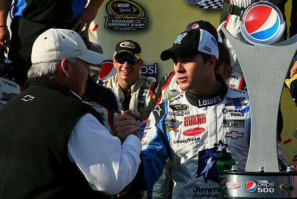 Jimmie Johnson und Rick Hendrick freuen sich über die Pole - Foto: NASCAR
