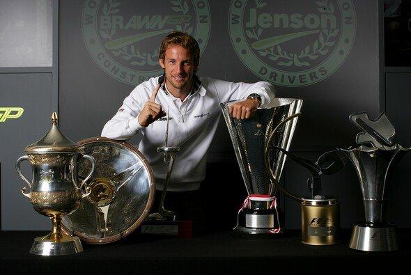 Jenson Button bekam in Monaco den wichtigsten Pokal. - Foto: Brawn GP